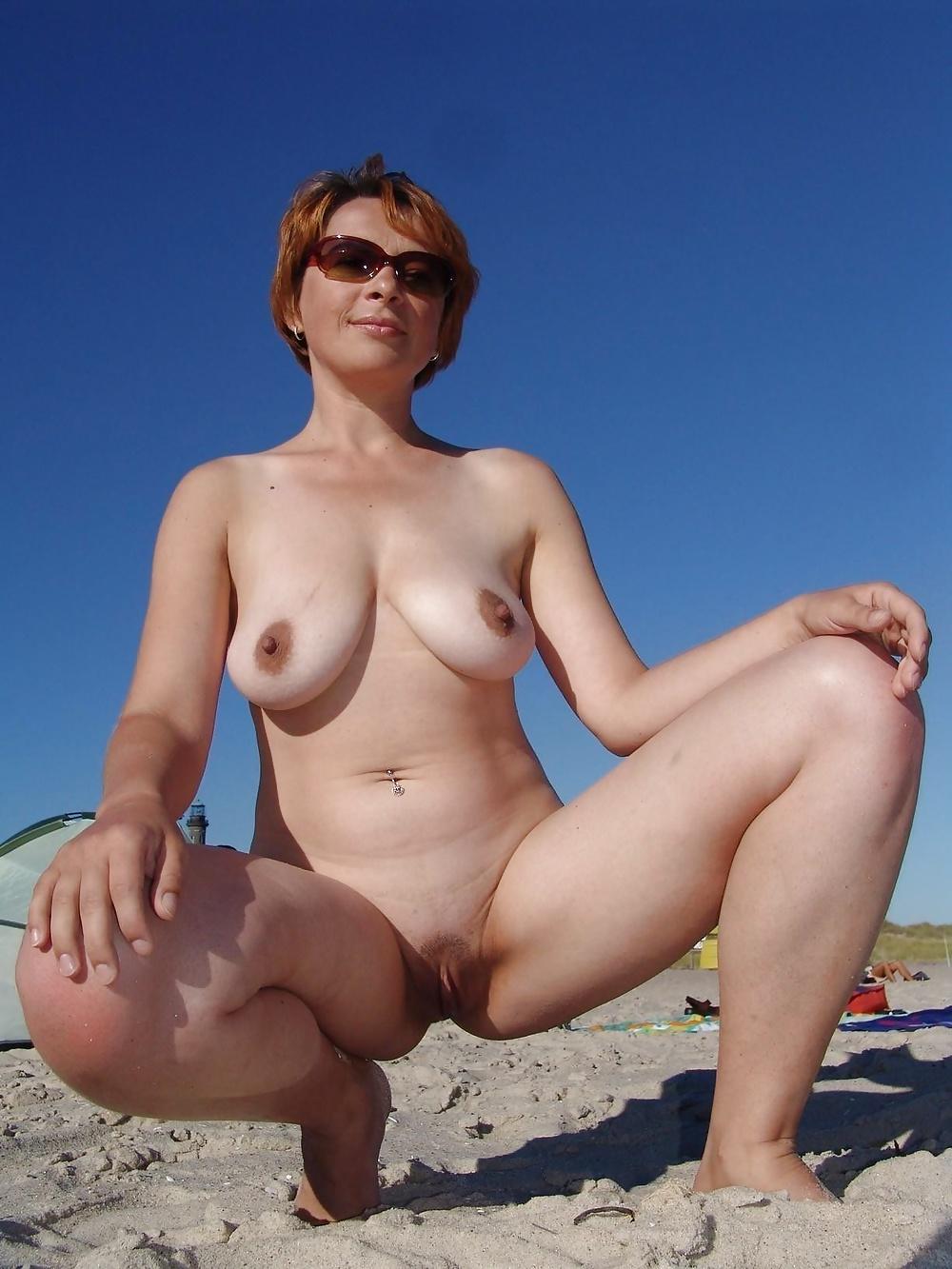Knubbiga naturliga brud i nakna bilder gratis