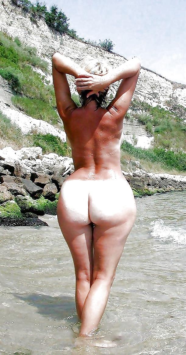 Vacker mogen på stranden i fria bilder