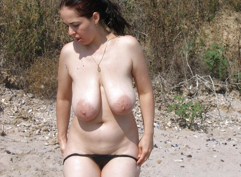 Naturliga stora bröst i fria bilder