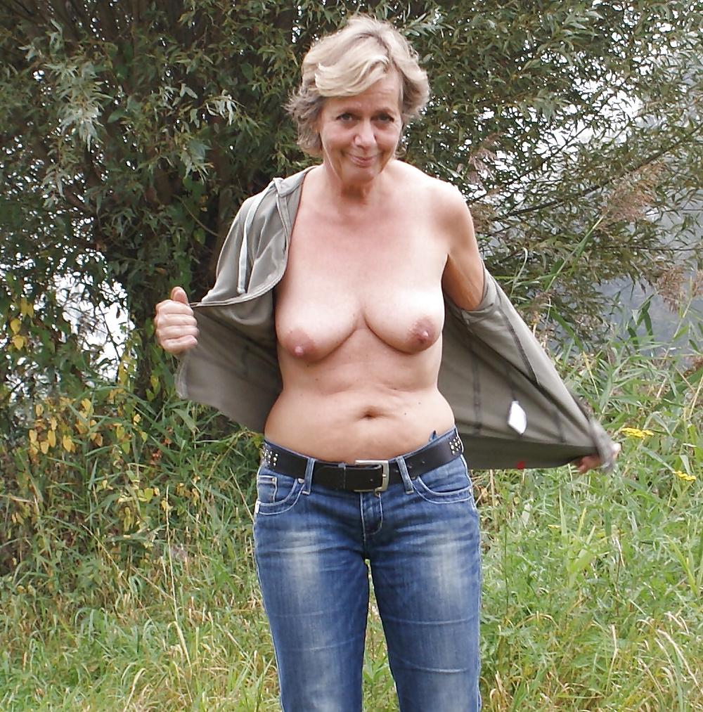 Milf tikar visar oss nakna bröst