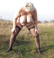 Äldre kvinnor i naturen i fria bilder